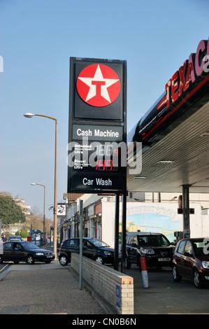 Brennstoff-Krise - Texaco Tankstelle Garage Vorplatz voller Autos mit Fahrzeugen Warteschlangen in der Straße, die - Stockfoto