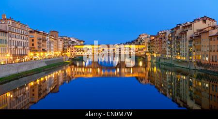 Europa, Italien, Florenz, Ponte Vecchio über den Arno in der Abenddämmerung - Stockfoto