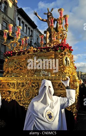 Spanien Sevilla Semana Santa Karwoche Ostern Nazarenos oder Mitglieder der Bruderschaft, die Führung der Paso oder - Stockfoto