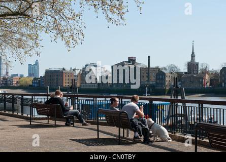 Blick über die Themse zu Rotherhithe, London, England. - Stockfoto