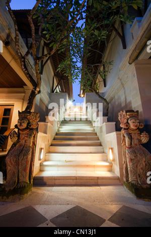 Treppen und Statuen in einem balinesischen hotel