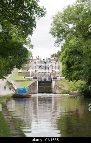 Steigen fünf Schleusen auf The Leeds und Liverpool Canal, Bingley, West Yorkshire, Großbritannien - Stockfoto