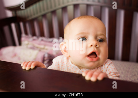 Sechs Monate altes Baby Mädchen in Krippe in einer Gärtnerei, Collingwood, Ontario - Stockfoto