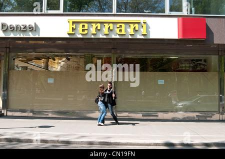 Ein Paartanz vorbei an einen Ferrari Showroom in Wiener Innenstadt beim Vienna City Marathon. - Stockfoto