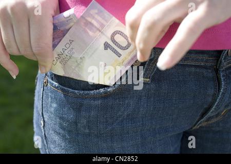 Nahaufnahme eines kanadischen zehn Dollar-Schein in einer Tasche, Yaletown, Vancouver, Britisch-Kolumbien - Stockfoto