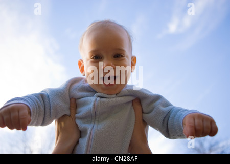 Mutter heben kleinen Sohn in der Luft - Stockfoto