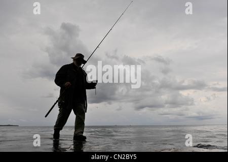 Ein Mann Angeln am Dock in Piran. Slowenien. - Stockfoto