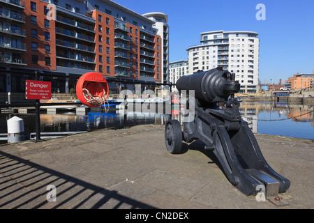 Clarence Dock, Leeds, West Yorkshire, England, Vereinigtes Königreich. Alten Royal Armouries Kanone am Kai - Stockfoto