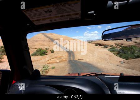 Sicht auf Remote-Straße über rote Felsen durch Jeep Fenster, Moab, Utah, USA - Stockfoto