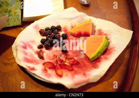 Frisches Obst auf Platte - Stockfoto
