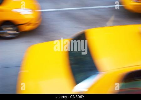 Gelben Taxis in Bewegung, New York City, USA - Stockfoto