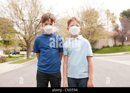 Zwei jungen Staubmasken tragen - Stockfoto