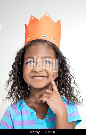 Mädchen tragen orange Papierkrone - Stockfoto