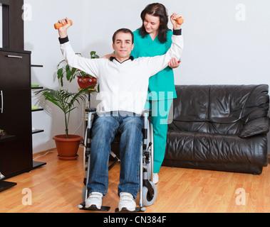 Physiotherapeuten arbeiten mit Patienten - Stockfoto