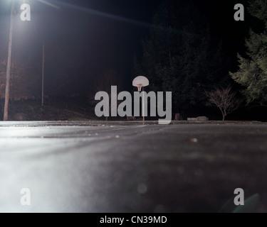 Leere Basketballplatz in der Nacht - Stockfoto