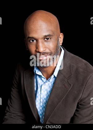 Mann trägt braune Jacke, portrait - Stockfoto