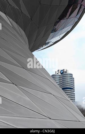 BMW-Turm hinter dem Doppel-Helix-Gebäude der BMW Welt (BNMW Welt) - München, Bayern, Deutschland, Europa - Stockfoto