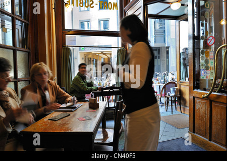 Kellnerin, die Reihenfolge der zwei ältere Frauen in der Café-Brasserie à la Mort Subite, Pub im Stil der Belle - Stockfoto