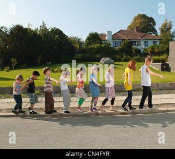 Jungen und Mädchen balancieren auf Kerb, Seitenansicht - Stockfoto