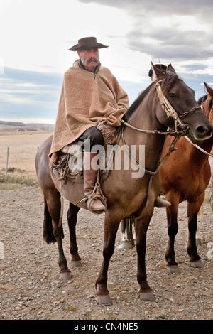 Argentinien, Patagonien, Gauchos auf dem Pferderücken