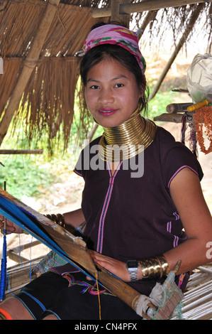 Ein Mädchen Kayan Lahwi Weben bei Long Neck Karen Hill Tribe Dorf, Provinz Chiang Rai, Thailand - Stockfoto