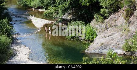 Paar halten Hände Planschbecken Fluss, Olargues, Llanguedoc, Frankreich - Stockfoto