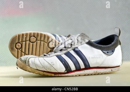 68 Paar Turnschuhe getragene Adidas Cup StockfotoBild FTlJcuK13