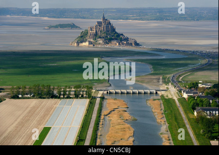 Frankreich, Manche, Mont St Michel, aufgeführt als Weltkulturerbe der UNESCO, dam auf Couesnon (Luftbild) - Stockfoto