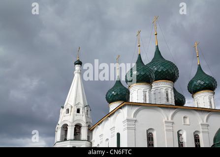 christliche orthodoxe Kirche auf wolkigen Hintergrund - Stockfoto