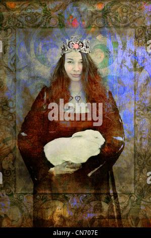 Porträt einer jungen Frau mit einem Herz Kette und Krone halten Sie ein weißen Kaninchen. - Stockfoto