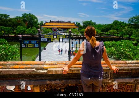 Touristen auf der Suche in der Kaiserstadt Hue, Vietnam - Stockfoto