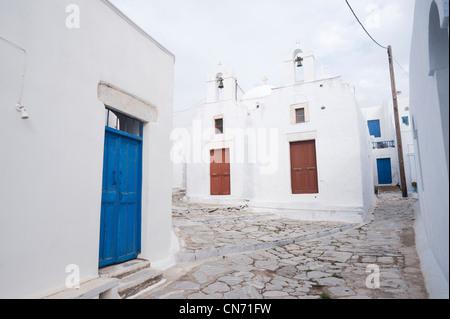 Kreuzung von zwei Gassen im Dorf von Hora, auf den griechischen Kykladen Insel Amorgos. - Stockfoto
