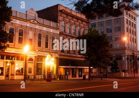 Straßenszene in der Innenstadt von Walla Walla an Nacht Washington State USA - Stockfoto