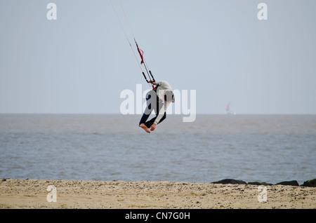 Wellenreiten am Strand auf einem Drachen - Stockfoto
