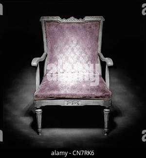 Alten Sessel in einem dunklen Ambiente - Stockfoto