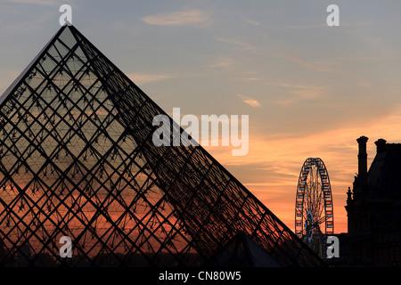 Frankreich, Paris, Sonnenuntergang über der Louvre-Pyramide von dem Architekten Ieoh Ming Pei - Stockfoto
