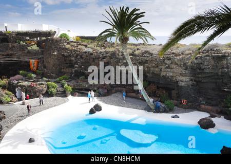Lanzarote - Jameos del Agua, vulkanischen Rohr Lavahöhle mit Wasserspielen und Lanscaping von Manrique. Das Schwimmbad. - Stockfoto