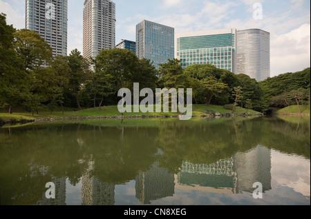 Wolkenkratzer von Shiodome spiegelt sich in Shiori keine Ike Hamarikyu freistehendes Garden, Tokyo, Japan - Stockfoto