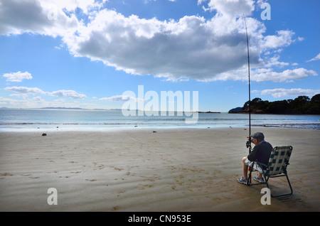 Ein sehr alter Mann Angeln einen Strand in Neuseeland - Stockfoto