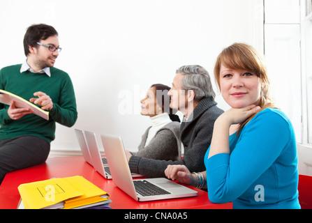 Menschen, die Computer-Klasse zusammen - Stockfoto