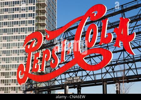 Die historischen Pepsi-Cola unterzeichnen im Gantry Plaza State Park in Long Island City, Queens, New York City. - Stockfoto