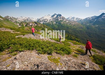 Besucher wandern auf Bergrücken in Kenai Mountains in der Nähe von Homer, Halbinsel Kenai, Alaska, Sommer - Stockfoto