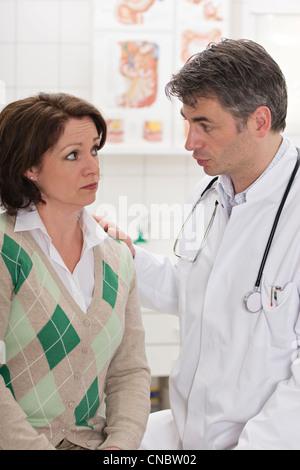 Weibliche ambulant im Gespräch mit dem Arzt - Stockfoto