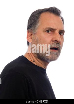 Weier Mann Alter 64 mit Bart und Ausdruck von Wut und