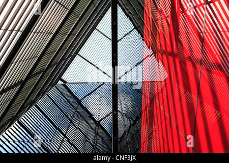 Abstrakte Architektur: Gebäudelinien, Reflexionen und Schatten.London UK.