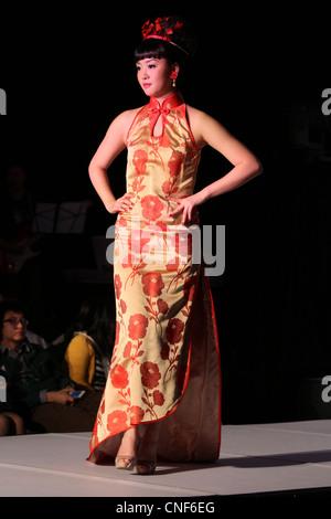 Qi Pao Qipao traditionelle chinesische Braut Kleid Stockfoto, Bild ...