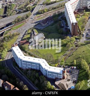 Luftaufnahme von einer Kirche und Wohnungen auf Bernard Street, Park Hill, Sheffield - Stockfoto