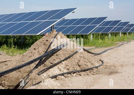 Detail von Rohren und Sonnenkollektoren installiert in einem Feld - Stockfoto