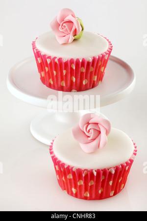ZWEI ROSA ROSE CUPCAKES - Stockfoto