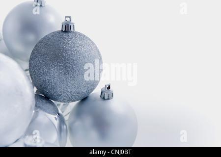 Silberne Weihnachtskugeln - Stockfoto